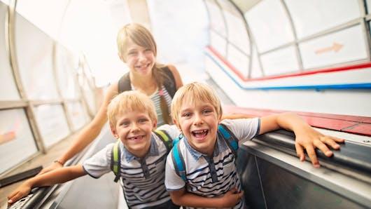 Un escalator sectionne les doigts d'un enfant