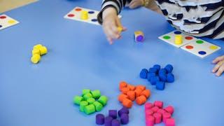 enfant jouant avec du matériel Montessori