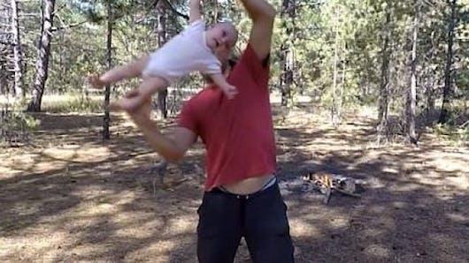 Yoga dynamique pour bébé : la vidéo qui choque
