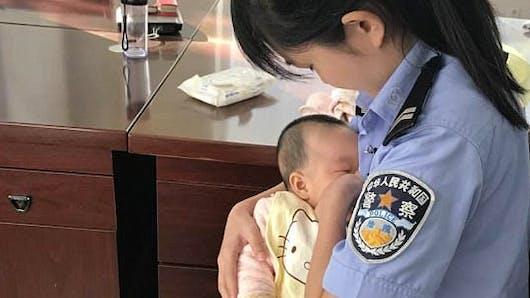 Émouvant : une policière allaite un bébé pendant le procès de la maman (photos)