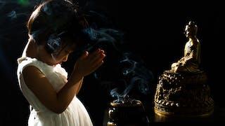petite fille devant buddha
