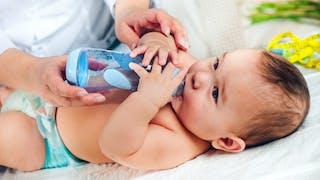 bébé avec biberon d eau