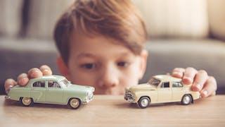 enfant avec petites voitures