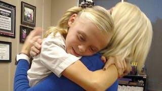 la joie d'une fillette adoptée