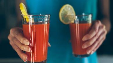 mains de femme apporte un cocktail