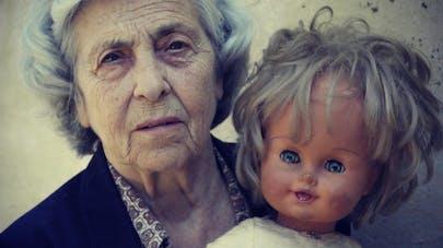 Atteinte de démence, une vieille dame sourit de nouveau grâce à une poupée