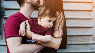 jeunes parents qui s embrassent