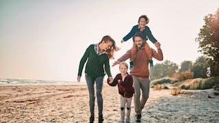 famille sur la plage printemps