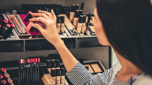 Cosmétiques: faut-il se méfier des produits testeurs des magasins?