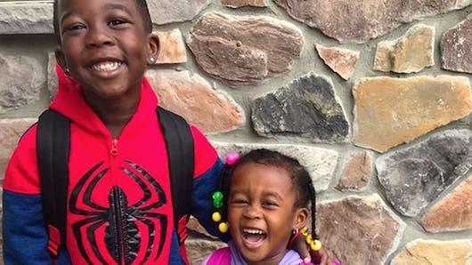 L'amour fou entre ce petit garçon et sa petite sœur va vous faire craquer ! (Vidéo)