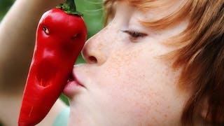 enfant embrassant un piment