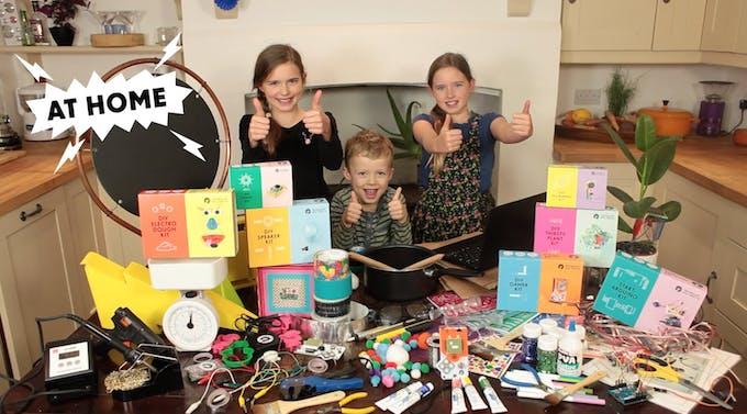 Enfants qui jouent aux kits Tech Will Save Us