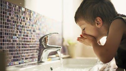 Eau du robinet ou en bouteille? A chacune ses risques pour l'enfant