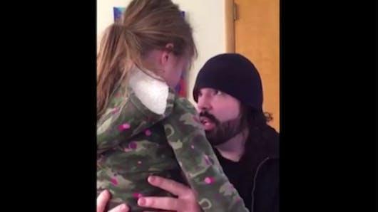 Prenez exemple sur ce papa pour calmer la colère de votre enfant (vidéo)