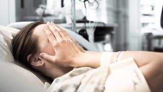 femme hôpital triste