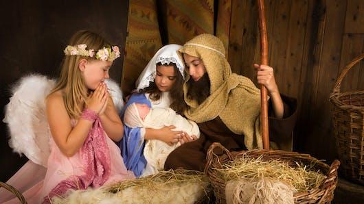 Trop mignon : un enfant « vole » le petit Jésus de la crèche et ne veut plus le lâcher ! (Vidéo)