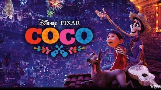 Un petit garçon chante Coco pour l'anniversaire de sa sœur disparue