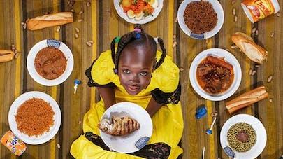 Il fait poser des enfants du monde entier entourés de leurs repas de la semaine