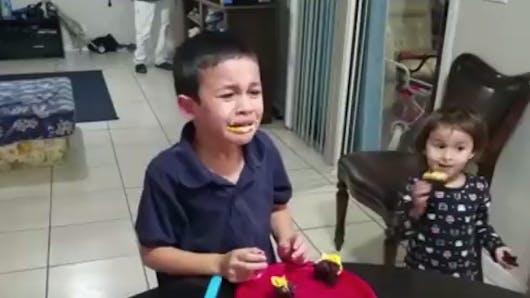 Ce petit garçon est très déçu d'apprendre qu'il va avoir une petite sœur