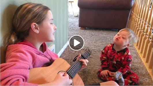 Vidéo : elle chante une chanson à son petit frère trisomique et montre la magie de la musique