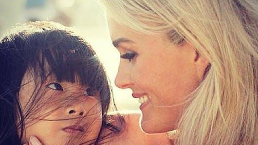 Laeticia Hallyday retrouve enfin le sourire avec ses filles (photo)