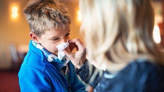 Grippe: une mère partage un symptôme méconnu qui a permis de soigner son fils