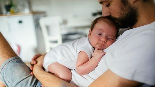 Congé paternité: une majorité relative de Français veut le rendre obligatoire