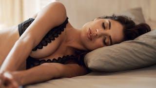 femme allongée décolleté et seins