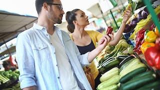 couple achetant des fruits et légumes
