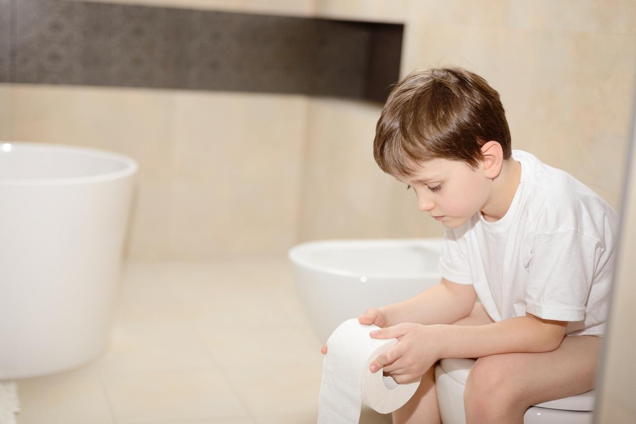 Un petit garçon se retrouve les fesses collées au WC du Quick