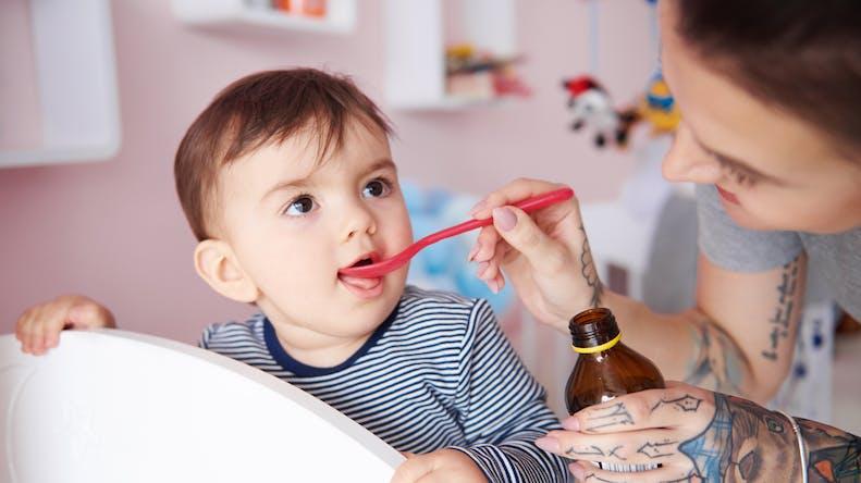 """Rhume, toux, fièvre : la """"liste noire"""" des médicaments pour enfant, inutiles voire dangereux"""
