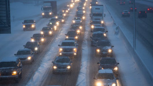 Neige : un père reste bloqué dans sa voiture avec ses enfants toute une nuit