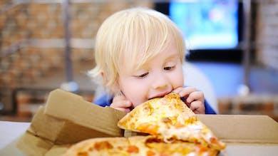 bébé croque dans pizza
