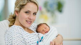 jeune maman nouveau-né  maternité