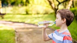 enfant et eau minérale
