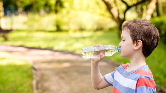 L'eau minérale contaminée au plastique