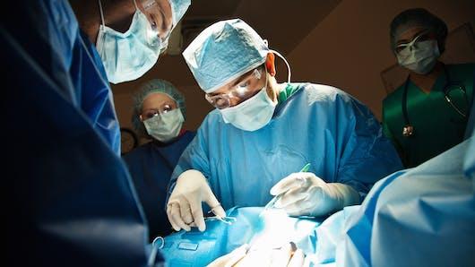 Césarienne : une maman sort elle-même son bébé de son ventre, donnant lieu à des photos impressionnantes (diapo)