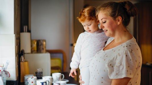 Être maman : l'équivalent de 2,5 jobs, soit 98 heures par semaine