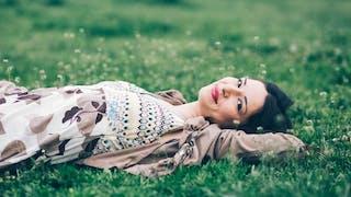 femme dans l'herbe au printemps