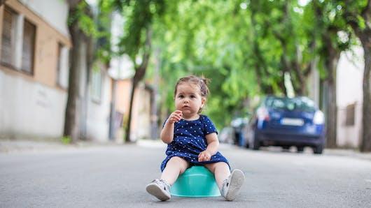Grenoble : une fillette de 2 ans oubliée dans la rue par ses parents