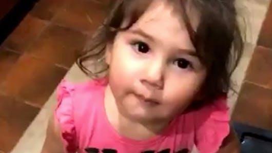 Cette petite fille ADORE peler des bananes : la vidéo trop chou