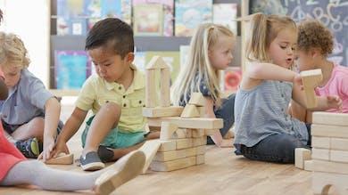 des enfants jouent à la crèche