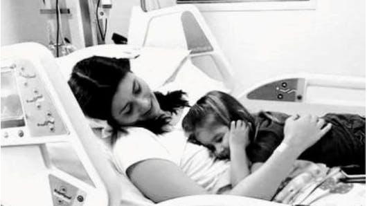 Accusée d'être ivre à l'entrée de l'école de sa fille, une maman découvre qu'elle souffre d'une maladie rare