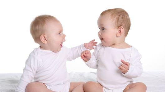 Les bébés préfèrent la voix de leurs semblables à celles de leurs parents (vidéo)