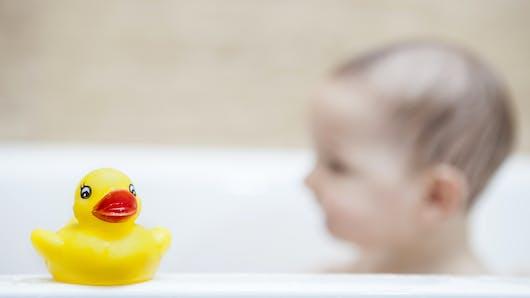 Les premiers jeux de bain de Bébé
