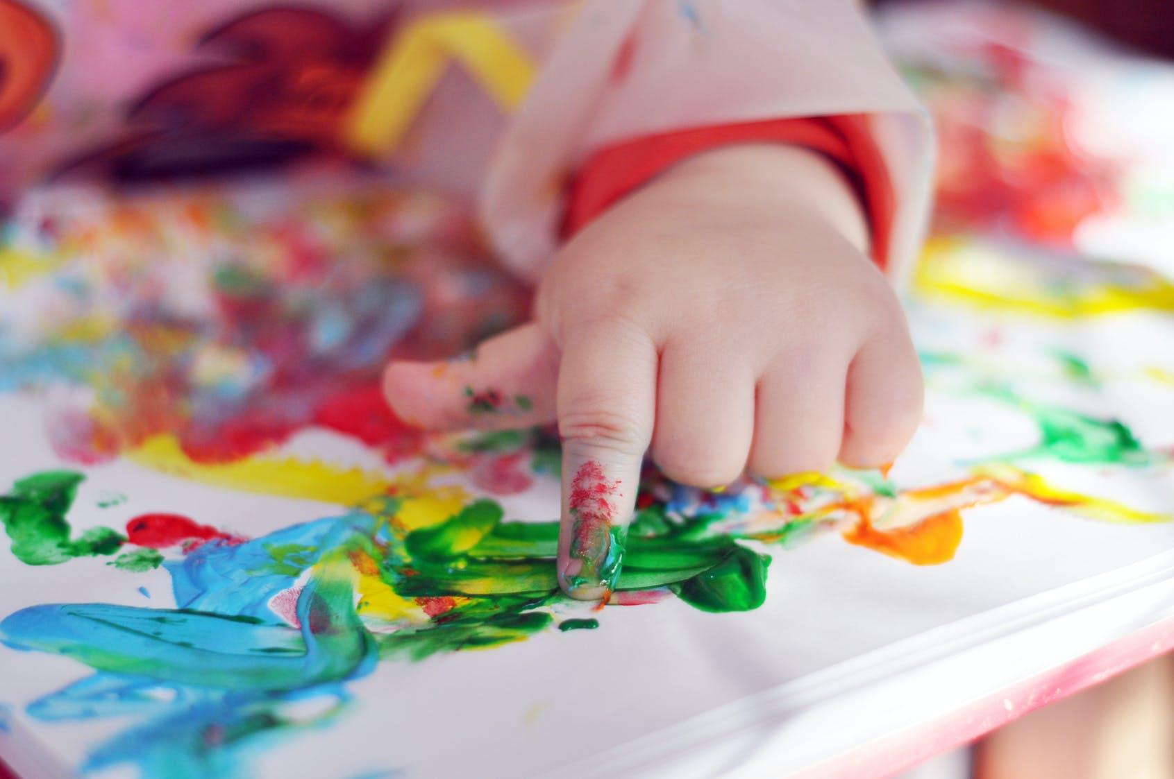 activité manuelle bébé : peinture et pâte à modeler | parents.fr
