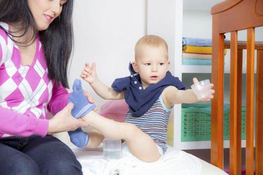 Apprendre à Bébé à s habiller seul   PARENTS.fr f85db6d78b4c