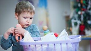 Il joue à la poupée