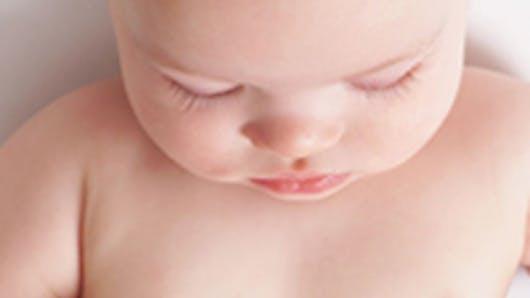 Bébé explore son anatomie