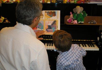 Attentif à la mélodie proposée par son professeur,         Hadrien s'apprête à lui répondre par de nouvelles         notes.